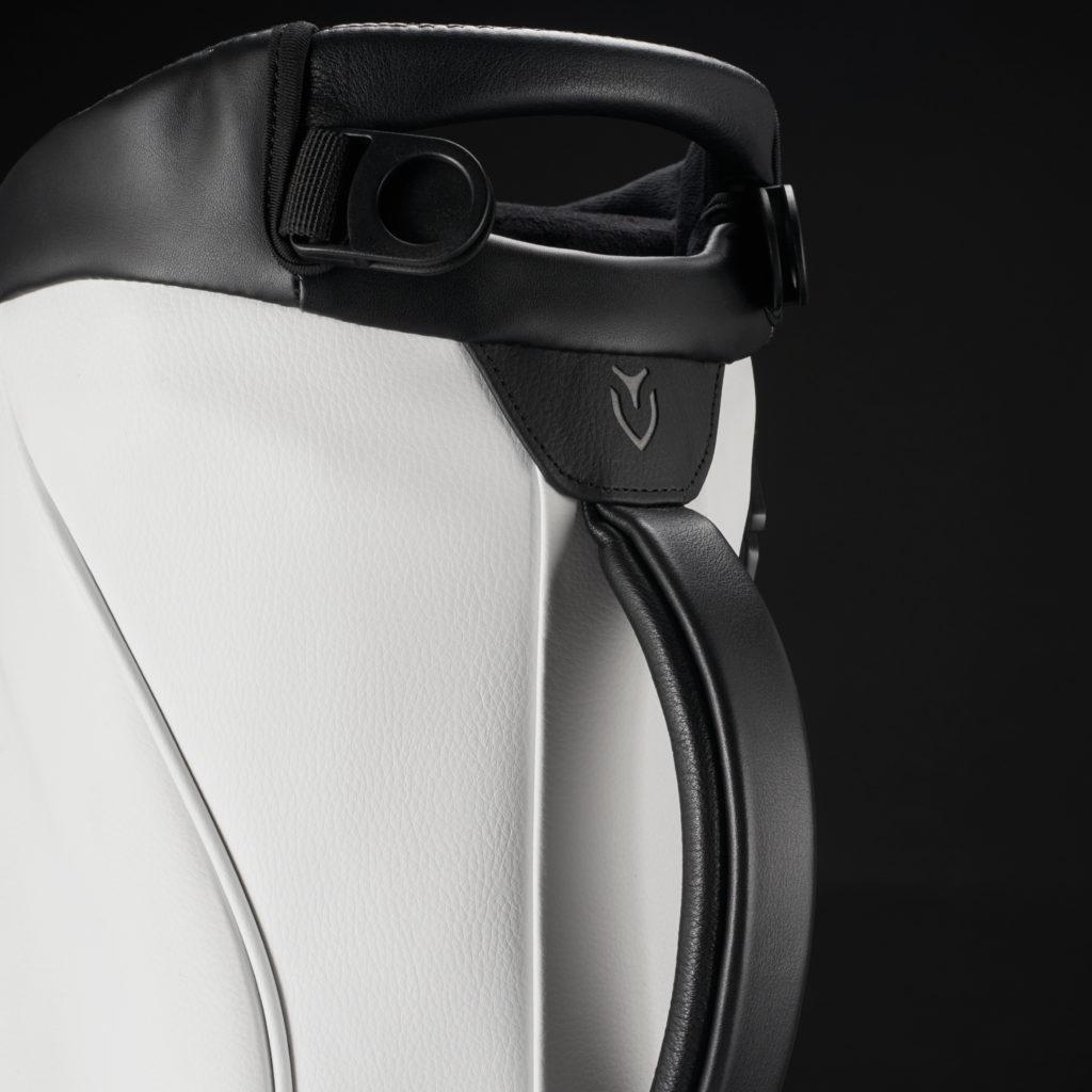 GENUINE LEATHER TOUCHPOINTS<br>ハンドルやジッパーのスライダーは、 耐久性と質感の良い本革を使用しています。